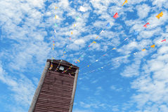 Oude uitstekende houten toren met blauwe hemelachtergrond Royalty-vrije Stock Fotografie