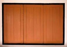 Oude uitstekende houten vensters, eigentijds huis royalty-vrije stock fotografie