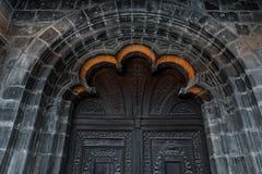 Oude uitstekende houten zwarte deur Geweven steenmuur Royalty-vrije Stock Fotografie