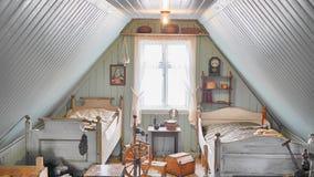 Oude uitstekende Ijslandse historische kind` s slaapkamer met twee bedden Stock Foto