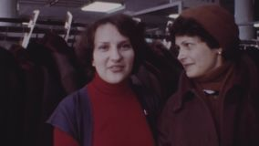 Oude uitstekende kleurenfilm twee vrouwen die handen houden, die voor camera stellen, bekijkt horloge stock video
