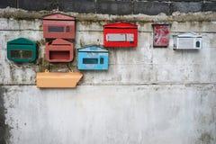 Oude uitstekende kleurrijke postbus Stock Afbeeldingen