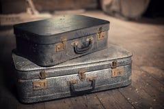 Oude uitstekende koffers in een zolder Stock Fotografie
