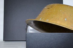 Oude uitstekende kuiper om pan in zwarte doos Stock Foto