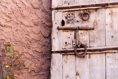 Oude uitstekende massieve houten deur met metaalkast en handvat stock afbeeldingen