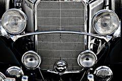 Oude uitstekende motor van een autovoorzijde Stock Foto's