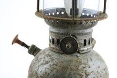 Oude of uitstekende orkaanlamp op witte achtergrond, Materiële corrosie van lampmateriaal Stock Fotografie