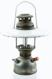 Oude of uitstekende orkaanlamp op witte achtergrond, Materiële corrosie van lampmateriaal Royalty-vrije Stock Foto's