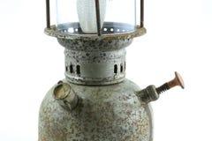 Oude of uitstekende orkaanlamp op witte achtergrond, Materiële corrosie van lampmateriaal Stock Foto