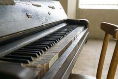 Oude uitstekende piano in de stad stock afbeelding