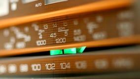 Oude uitstekende radio die door wijzerplaat worden gestemd te draaien Het schot van de close-up stock videobeelden