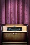 Oude uitstekende radio op rode achtergrond Royalty-vrije Stock Afbeeldingen