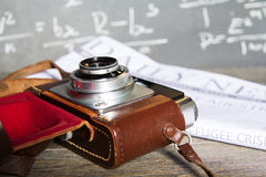 Oude uitstekende retro camera met bespotte omhoog krant Royalty-vrije Stock Afbeelding