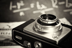 Oude uitstekende retro camera met bespotte omhoog krant Royalty-vrije Stock Fotografie