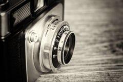 Oude uitstekende retro camera op houten achtergrond Royalty-vrije Stock Afbeeldingen