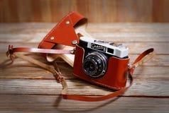 Oude uitstekende retro fotocamera smena-8 op houten achtergrond Stock Foto's