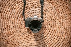 Oude uitstekende retro stijlcamera op de droge achtergrond van de de mat natuurlijke textuur van de waterhyacint royalty-vrije stock afbeeldingen