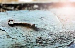 Oude uitstekende roestige sleutel Royalty-vrije Stock Afbeeldingen