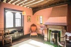 Oude uitstekende ruimte in coutry met open haard Stock Afbeelding