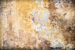 Oude uitstekende rustieke muur met gebarsten verflagen royalty-vrije stock afbeelding