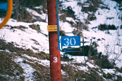 Oude uitstekende skilift met kleurrijke stoelen Royalty-vrije Stock Afbeeldingen