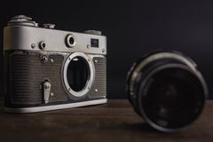 oude uitstekende sovjetcamera met lens op houten achtergrond stock afbeeldingen