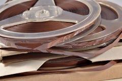 Oude uitstekende spoelen met magneetbanden Stock Fotografie
