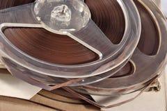 Oude uitstekende spoelen met magneetbanden Stock Foto's