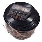 Oude uitstekende spoelen, vinylverslagen en cassettebanden op een wit Stock Afbeeldingen