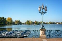 Oude uitstekende straatlantaarn op het meer van Enghien les Bains dichtbij Parijs Frankrijk Stock Foto