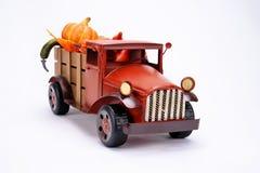 Oude uitstekende stuk speelgoed vrachtwagen stock fotografie