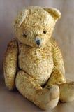 Oude uitstekende teddybeer Stock Foto's