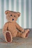 Oude uitstekende teddybeer op groene houten achtergrond Stock Afbeelding