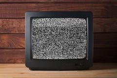 Oude uitstekende Televisietelevisor op de houten achtergrond van de lijst againt donkere houten muur zonder korrelig het lawaaief stock foto's