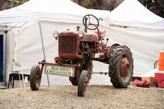 Oude uitstekende tractor op de vertoning royalty-vrije stock afbeeldingen