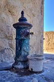 Oude uitstekende waterpomp in Castillo Santa Barbara, Alicante, Spanje royalty-vrije stock foto's