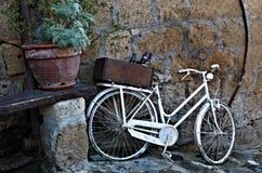 Oude uitstekende witte fiets in Italië royalty-vrije stock afbeelding