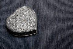 Oude uitstekende zilveren hart-vormige kist op grijze achtergrond Geïsoleerde stock afbeeldingen