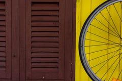 Oude van de venstershout en Fiets wielen Royalty-vrije Stock Afbeeldingen
