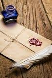 Oude veer, envelop, zegelwas en inktfles Stock Foto