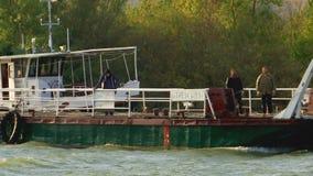 Oude veerboot die rivier kruisen stock videobeelden