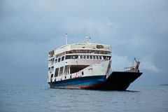 Oude veerboot op water Royalty-vrije Stock Fotografie