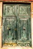 Oude Venetiaanse houten deur Stock Afbeeldingen