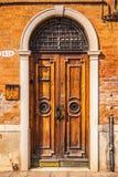 Oude Venetiaanse houten deur Stock Foto