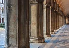 Oude Venetiaanse kolommen stock foto