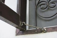 Oude vensterhaak met houten venster Royalty-vrije Stock Foto