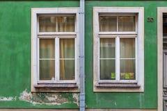 Oude vensters in de huurkazerne Royalty-vrije Stock Fotografie