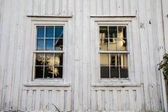 Oude vensters in een Noors huis met witte houten planken De zeer Oude Muur van het Huis Textuur Royalty-vrije Stock Afbeelding