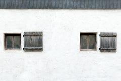 Oude vensters en blinden in een Oostenrijkse kasteelmuur Stock Foto's