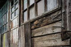 Oude Vensters en gebarsten houten muur Stock Foto's
